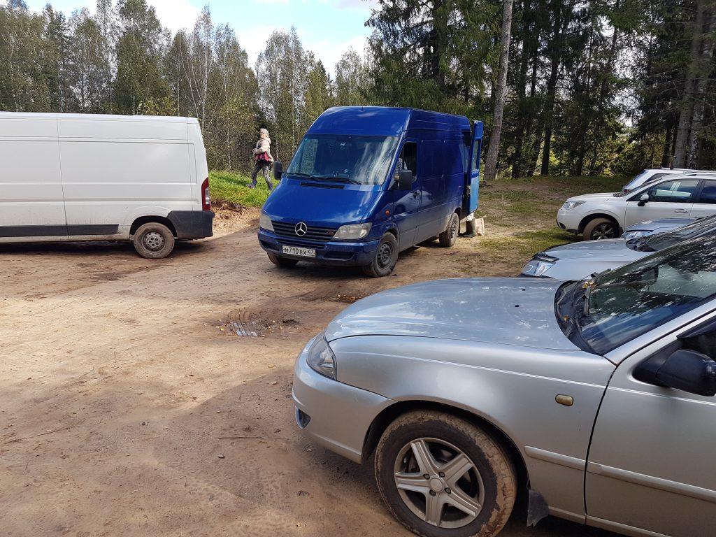 Парковка у переправы в Бежаны